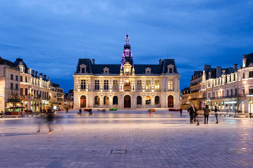 H tel de ville et place photo vienne poitiers et for Hotels vienne