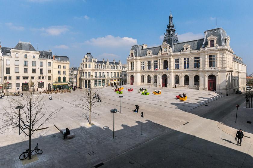 H tel de ville et place photo vienne poitiers et for Vienne poitiers